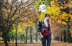 Muchacha rubia en el parque Foto de archivo libre de regalías