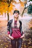 Muchacha rubia en el parque Fotografía de archivo libre de regalías