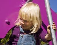 Muchacha rubia en el patio Fotos de archivo