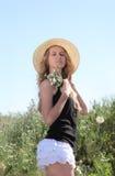 Muchacha rubia en el prado del verano Fotos de archivo libres de regalías