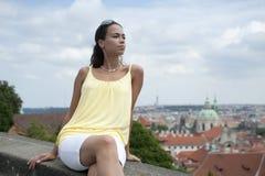 Muchacha rubia en la camisa amarilla Imagen de archivo