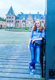 Muchacha rubia en la entrada del castillo Fotografía de archivo libre de regalías