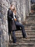 Muchacha rubia en las escaleras Fotografía de archivo