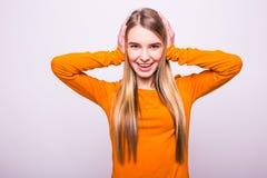 Muchacha rubia en oídos anaranjados del cierre de la camiseta con las manos en blanco Fotos de archivo