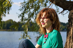 Muchacha rubia en parque Imágenes de archivo libres de regalías