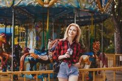 Muchacha rubia en parque de atracciones en verano Imágenes de archivo libres de regalías