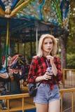 Muchacha rubia en parque de atracciones en verano Imagenes de archivo