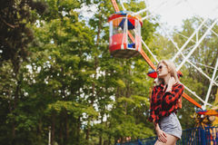 Muchacha rubia en parque de atracciones en verano Foto de archivo