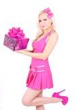 Muchacha rubia en rectángulo de regalo rosado de la explotación agrícola de la alineada Foto de archivo libre de regalías