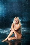 Muchacha rubia en un bañador en el agua Fotografía de archivo
