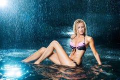 Muchacha rubia en un bañador en el agua Foto de archivo