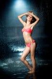 Muchacha rubia en un bañador en el agua Imagen de archivo