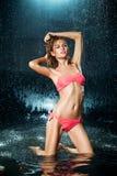 Muchacha rubia en un bañador en el agua Fotos de archivo libres de regalías