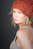 Muchacha rubia en un sombrero anaranjado de la gorrita tejida fotos de archivo