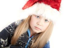 Muchacha rubia en un suéter y un sombrero de la Navidad Imagen de archivo