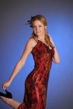 Muchacha rubia en un vestido rojo largo Foto de archivo