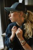 Muchacha rubia en una gorra de béisbol imágenes de archivo libres de regalías