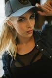 Muchacha rubia en una gorra de béisbol Primer Imagenes de archivo