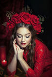 Muchacha rubia en vestido rojo Foto de archivo