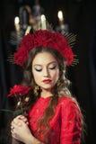 Muchacha rubia en vestido rojo Imagenes de archivo