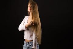 Muchacha rubia encantadora del adolescente con el pelo largo Imagen de archivo libre de regalías