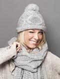 Muchacha rubia expresiva del esquí 20s que guiña para la diversión Imagen de archivo libre de regalías