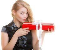 Muchacha rubia feliz con el arco blanco rojo de la caja de regalo de la Navidad. Día de fiesta. Fotografía de archivo