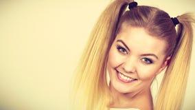 Muchacha rubia feliz del adolescente con las colas de caballo Imagen de archivo libre de regalías