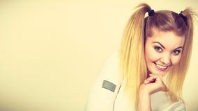 Muchacha rubia feliz del adolescente con las colas de caballo Fotografía de archivo libre de regalías