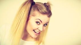 Muchacha rubia feliz del adolescente con las colas de caballo Fotos de archivo libres de regalías