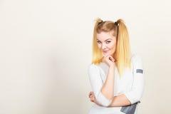 Muchacha rubia feliz del adolescente con las colas de caballo Fotos de archivo