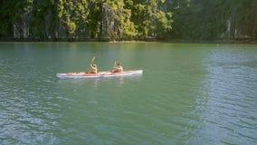 Muchacha rubia Guy Row Kayak moreno de la visión superior cercana en el océano metrajes
