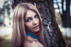 Muchacha rubia hermosa atractiva joven en parque del verano Fotografía de archivo libre de regalías
