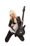 Muchacha rubia hermosa atractiva que presenta con la guitarra Fotos de archivo libres de regalías