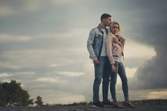 Muchacha rubia hermosa con el novio Imagenes de archivo
