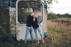 Muchacha rubia hermosa con el novio Fotos de archivo libres de regalías