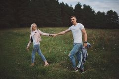 Muchacha rubia hermosa con el novio Fotografía de archivo