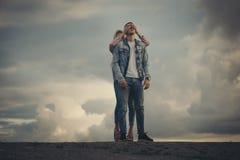 Muchacha rubia hermosa con el novio Foto de archivo libre de regalías