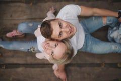 Muchacha rubia hermosa con el novio Imágenes de archivo libres de regalías