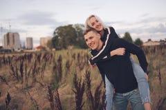 Muchacha rubia hermosa con el novio Imagen de archivo