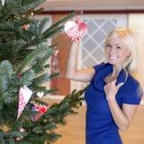 Muchacha rubia hermosa con el ornamento de la Navidad Fotografía de archivo libre de regalías