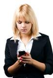 Muchacha rubia hermosa con el teléfono móvil Fotos de archivo libres de regalías
