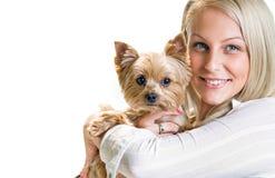 Muchacha rubia hermosa con el terrier de yorkshire. Fotografía de archivo