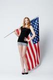 Muchacha rubia hermosa con la bandera americana Fotos de archivo libres de regalías