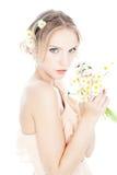 Muchacha rubia hermosa con las margaritas coloridas foto de archivo