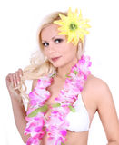 Muchacha rubia hermosa con los accesorios hawaianos imagen de archivo libre de regalías