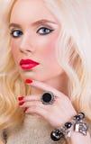 Muchacha rubia hermosa con los labios y la manicura rojos Foto de archivo