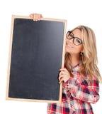 Muchacha rubia hermosa con los vidrios que sostienen una pizarra Fotografía de archivo libre de regalías