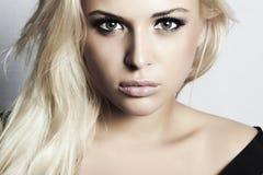 Muchacha rubia hermosa con maquillaje verde de eyes.woman.professional Fotografía de archivo libre de regalías