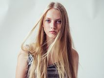 Muchacha rubia hermosa de la mujer con el pelo rubio largo liso y el galán fotos de archivo libres de regalías